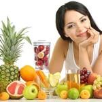 Frau mit Obst und Mixer