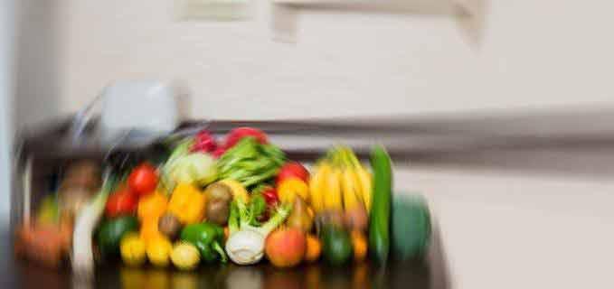 Obst in Küche mit Mixer