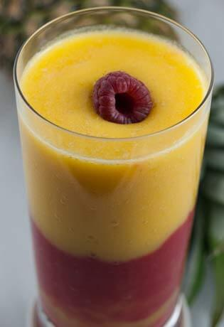 Matcha-Smoothie mit Himbeere und Mango