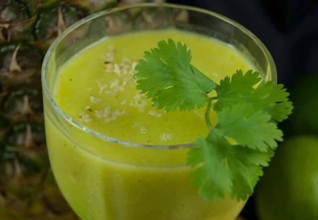 Smoothie aus Mango, Ananas, Koriander, Spinat und Hanfsamen