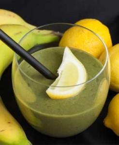 Brennnessel-Smoothie mit Ananas und Zitrone