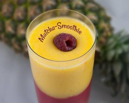 Matcha Smoothie mit Ananas, Mango und Himbeere
