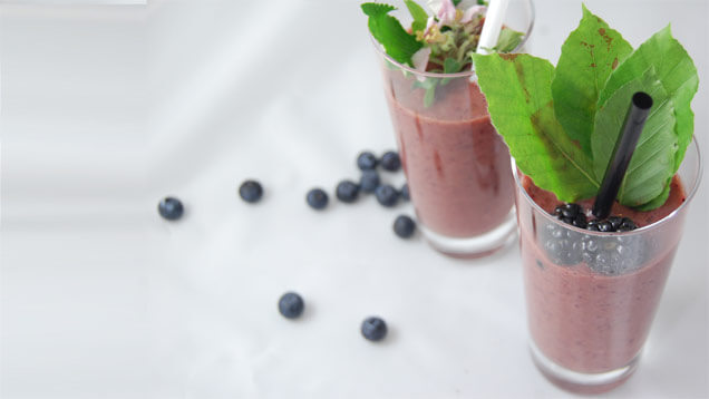 Photo vom Blaubeer-Smoothie mit Wildkräutern