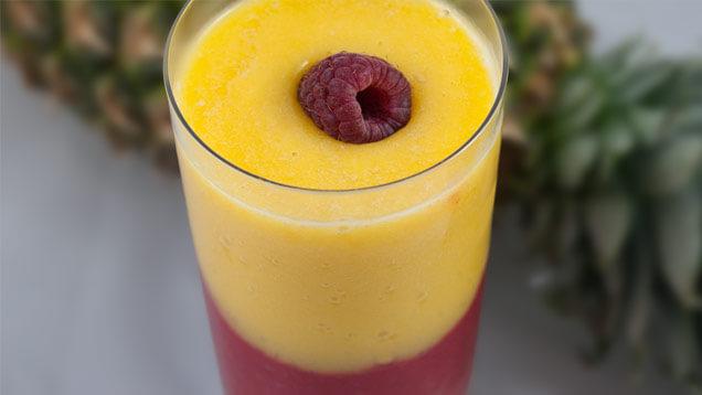 Smoothie aus Himbeere, Mango und Ananas