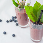 Beeren-Wildkräuter-Smoothie