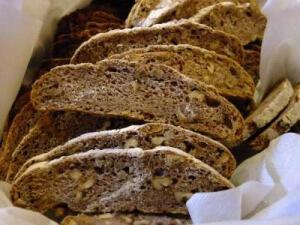 Ein Beifuß-Kartoffel-Walnuss-Brot