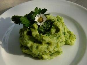 Kartoffelschnee grün gefärbt mit einem Wildkräuter-Smoothie