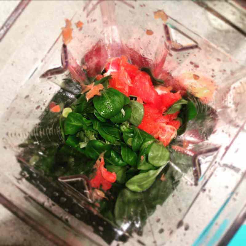 Mixen von Feldsalat und Obst