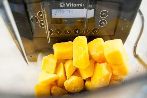 Gefrorene Mangos im Quiet One von Vitamix