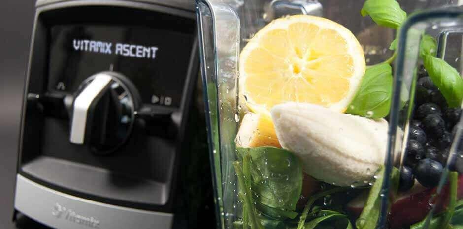 Vitamix Ascent Mixer mit Obst