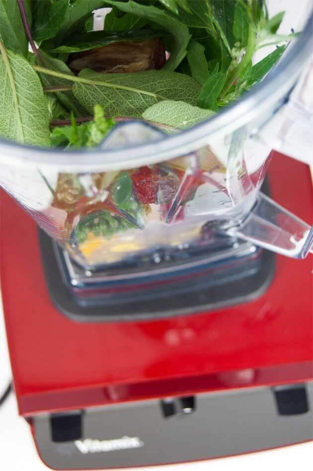 Wildkräuter, frische Beeren, gefrorene Mango und Eiswürfel