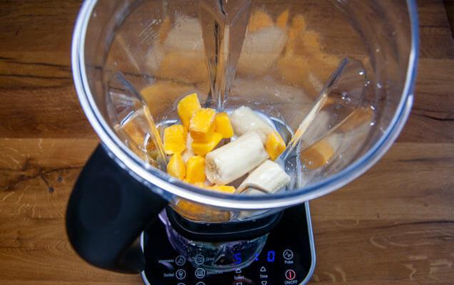 Gefrorene Banane und Mango für Nicecream im Optimum Mixer